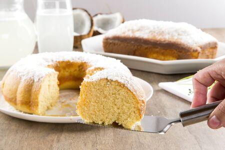 coco: pastel de coco con la rebanada en la mesa