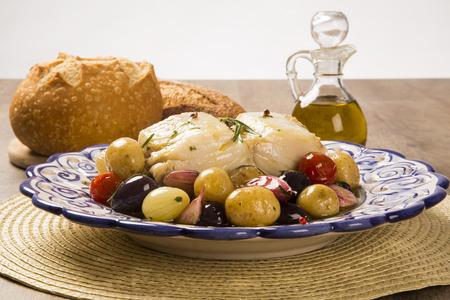 uvas: Un plato t�pico portugu�s con bacalao llamado Bacalhau do Porto en un plato portugu�s originales. Bacalao Preparado. Foto de archivo