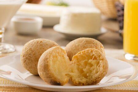 Bollos de queso brasileños. Mesa de café en la mañana con pan de queso y frutas.