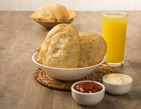 comida inglesa: Profunda pastel relleno frito. comida brasileña pasteis sobre la mesa.
