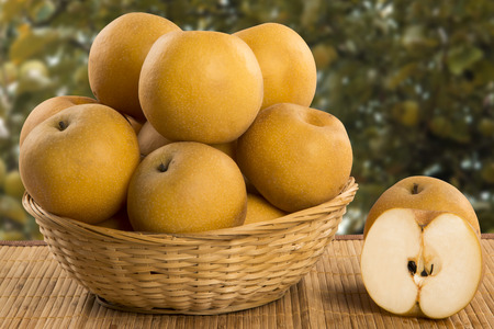 pera: Algunos peras asiáticas más de una superficie de madera. Frutas frescas