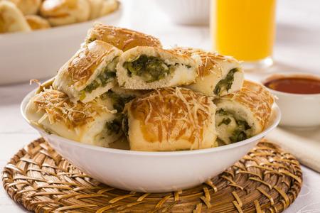 endivia: bocadillo brasileño. Excarole porción de aperitivos endibia sobre la mesa.
