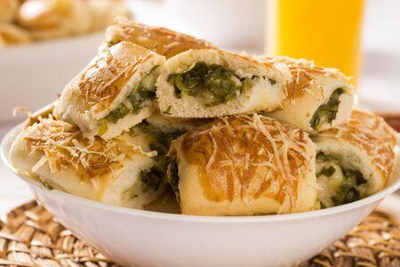 escarola: bocadillo brasileño. Excarole porción de aperitivos endibia sobre la mesa.