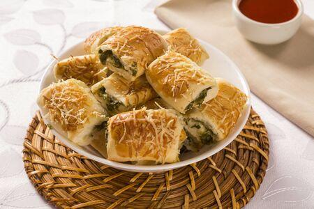 escarola: bocadillo brasile�o. Excarole porci�n de aperitivos endibia sobre la mesa.