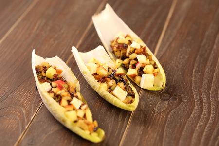 escarola: Endibia o ensalada de achicoria con remolacha, queso de cabra y nueces.