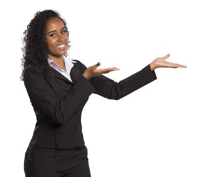 Portrait eines glücklichen Geschäftsfrau, die ihren Finger zeigt auf die Nachricht auf weißem Hintergrund.
