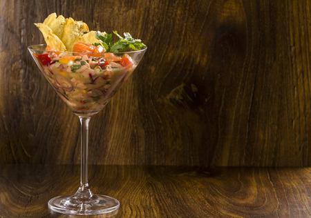Gemischten Fisch Ceviche mit Lachs, Zwiebeln und Paprika. Standard-Bild - 61020451