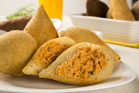 Brazilian Backhendl Snack, beliebt bei lokalen Parteien. Serviert mit Chilisauce. Standard-Bild - 61688601