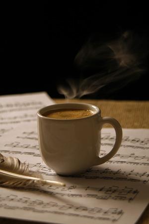 partition musique: Tasse de caf� sur une partition