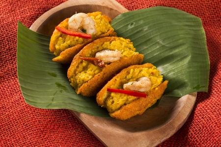 Acaraje - Beignets brésiliens traditionnels faits avec des pois aux yeux noirs remplis de vatapa, de caruru, de salade de tomates et de crevettes sautées. Nourriture typique de Bahia. Banque d'images