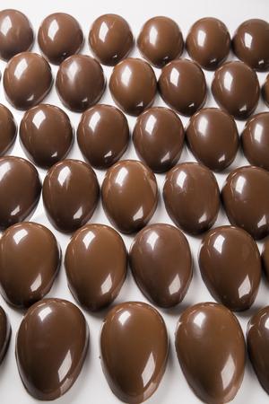 Varios huevos de Pascua en la fábrica de chocolate