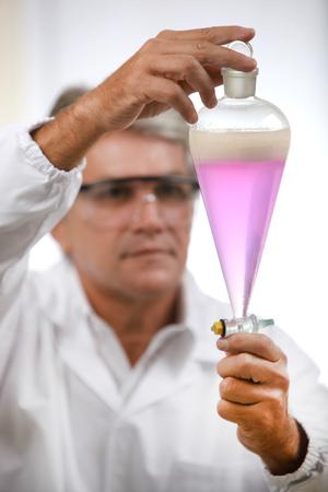 investigando: Científico que realiza análisis técnico y químico de maíz y soja Foto de archivo
