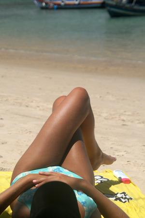 insolación: Mujer joven relajada en la playa Foto de archivo