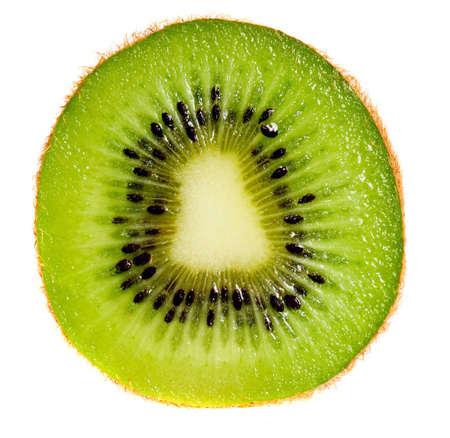Close-up van kiwi slice geïsoleerde over witte achtergrond