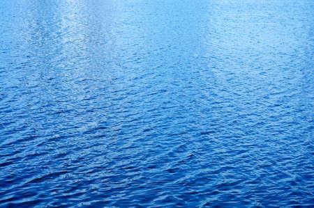 日の光、水の表面に反映