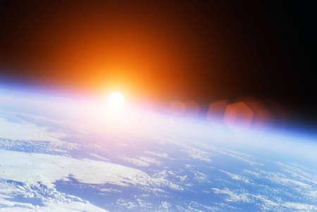 Aarde met Rising Sun buitenste illustratie Stockfoto