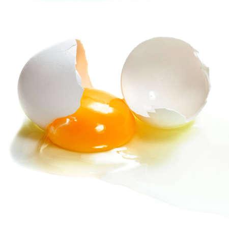 Un huevo roto aislados Foto de archivo - 5719137