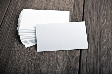 Les cartes de visite sur table en bois Banque d'images - 44501525