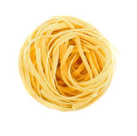 Nest pasta. Uitzicht vanaf de top op een witte achtergrond