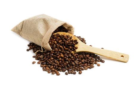 Granos de café en saco de yute con cuchara de madera aislado sobre fondo blanco