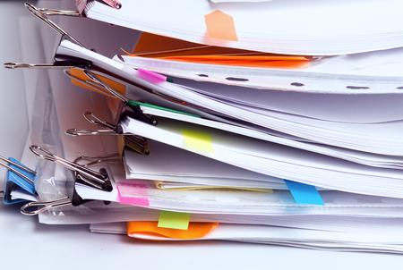 Pila de documentos sin terminar en la oficina, pila de informes comerciales, papeleo