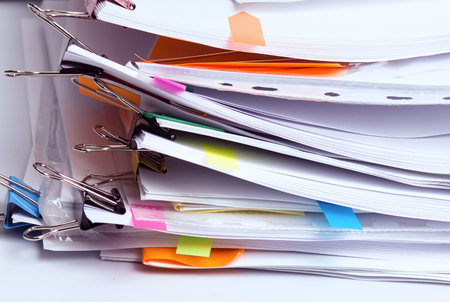 Pila di documenti incompiuti in ufficio, pila di rapporti aziendali, scartoffie