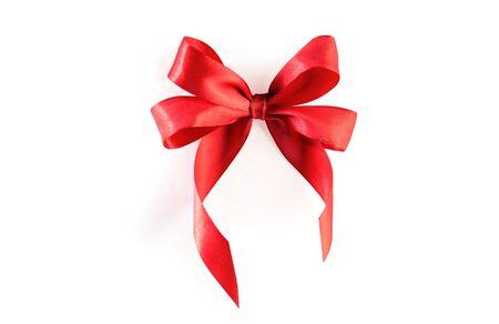 Fiocco di nastro rosso isolato su sfondo bianco