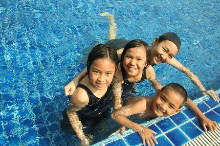 Groep van kinderen die spelen in het zwembad.