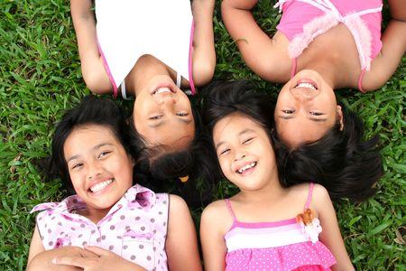 Vier meisjes spelen in het park.