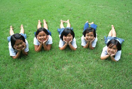 Fünf Kinder spielen im Park. Standard-Bild - 5127842