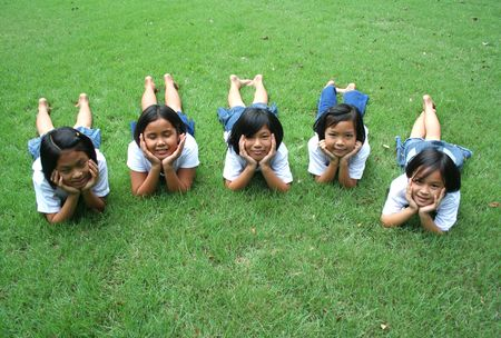 Vijf kinderen spelen in het park.
