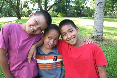 Drei jungen mit guten Zeit im park Standard-Bild - 8778794