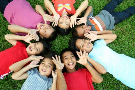 Aziatische kinderen met plezier in het park.