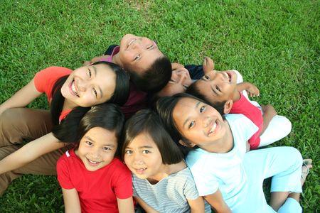 Aziatische kinderen plezier in het park.  Stockfoto