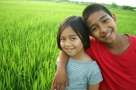 Portret van twee kinderen in het rijstveld.