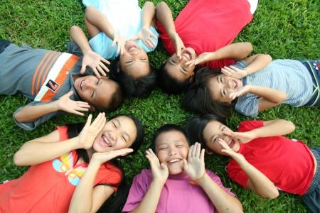 pauvre: Sept enfants jouant dans le parc.  Banque d'images