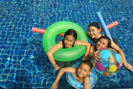 Groep kinderen spelen in het zwembad Stockfoto - 21889590