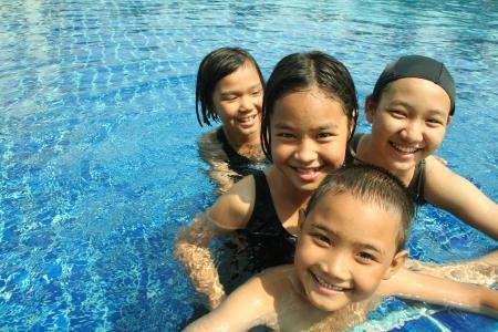Groep kinderen spelen in het zwembad