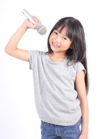 mignonne petite fille: Jolie petite fille avec le microphone à la main