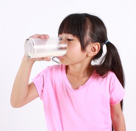 tomando leche: Beber leche Niña