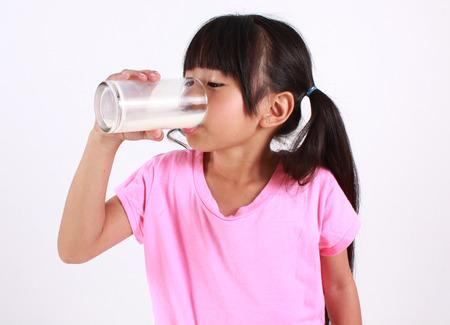 tomando leche: Leche joven beber chica. Foto de archivo