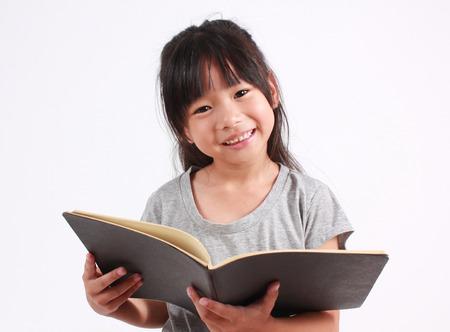Portret van jonge gelukkig meisje met boek