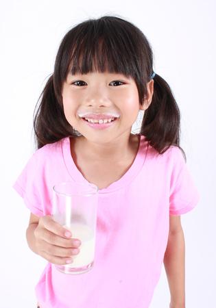 verre de lait: Jeune fille lait potable.