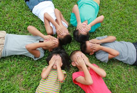 pobre: Seis niños jugando en el parque.