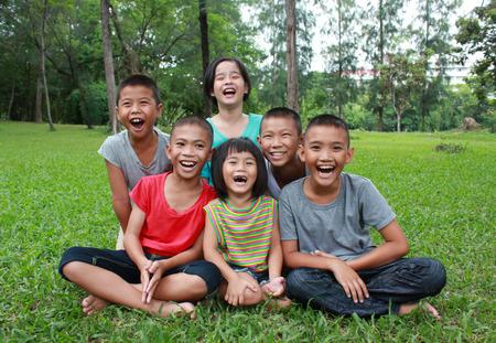 Zes kinderen spelen in het park