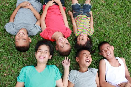 6 kinderen hebben goede tijd in het park. Stockfoto