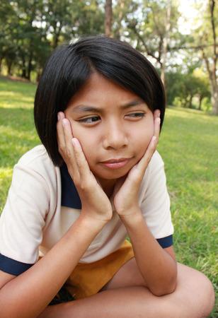 niños sonriendo: Retrato de niña en el parque Foto de archivo