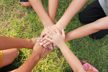 girotondo bambini: Multiculturale mani Archivio Fotografico