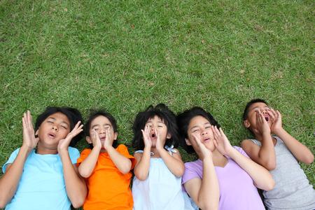 Fünf Kinder mit guten Zeit im Park. Standard-Bild - 51054982