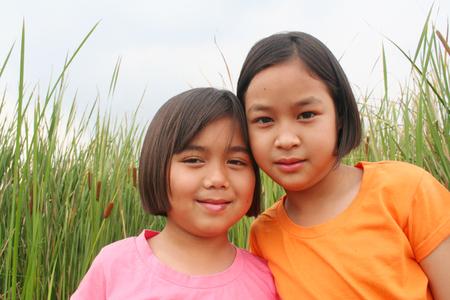 pobre: Dos niños en el campo de arroz. Foto de archivo